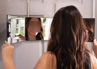 鏡の前で笑顔の練習